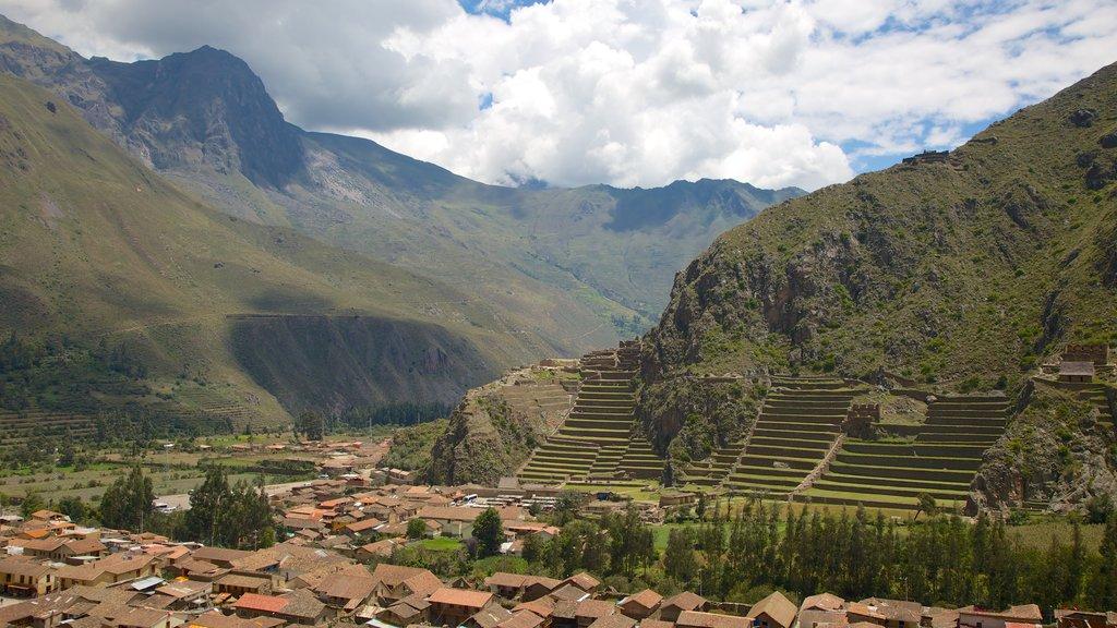 Ollantaytambo que incluye vistas de paisajes, montañas y una pequeña ciudad o pueblo