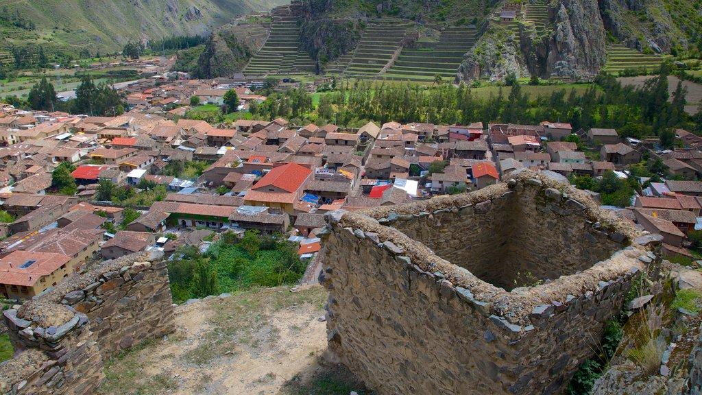 Ollantaytambo que incluye una pequeña ciudad o pueblo y patrimonio de arquitectura