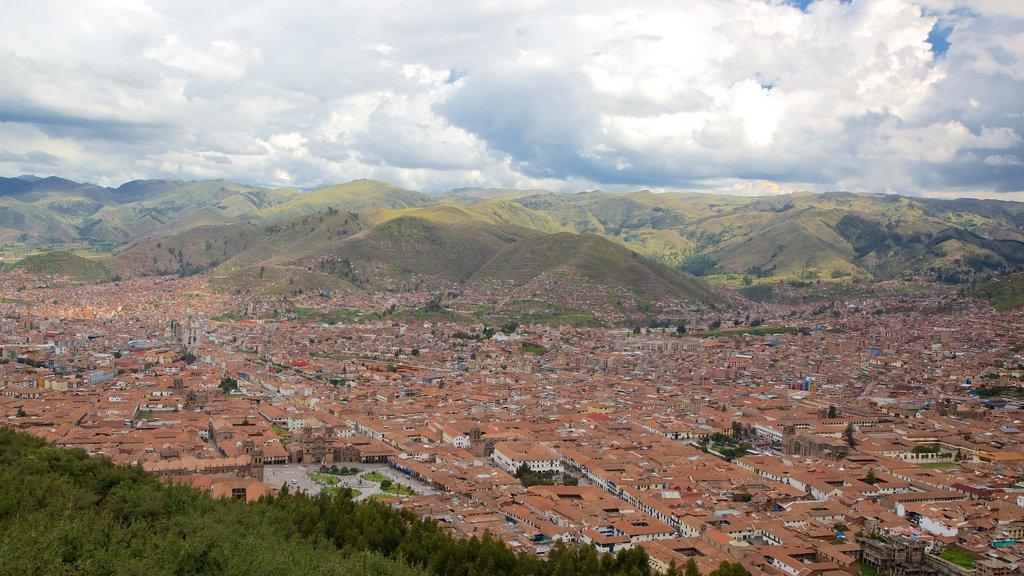 Sacsayhuamán que incluye vistas de paisajes y una ciudad