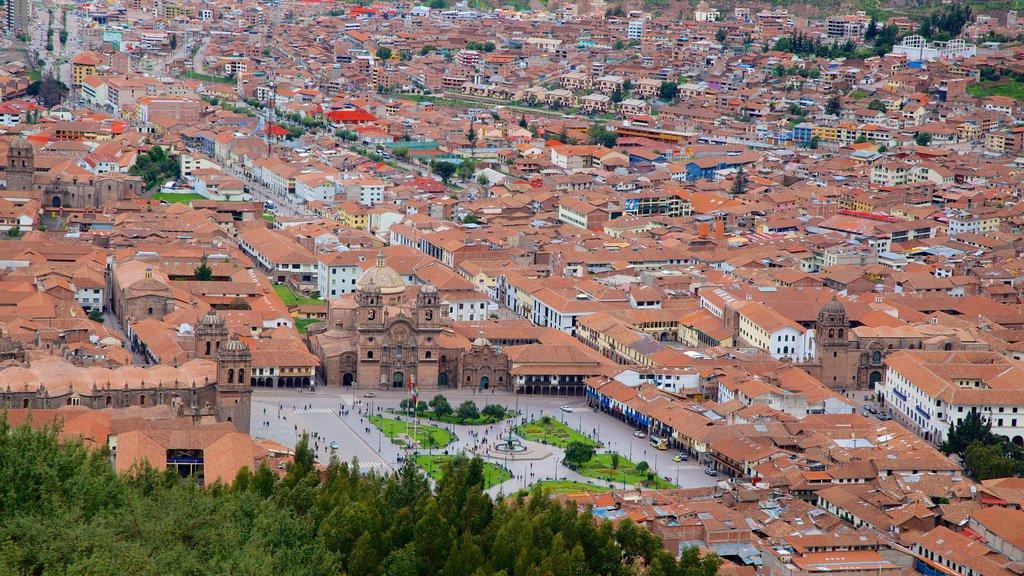 Sacsayhuamán mostrando una ciudad y vistas de paisajes