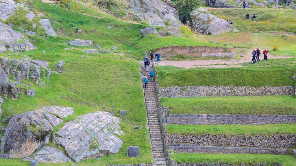Sacsayhuamán que incluye senderismo o caminata y elementos del patrimonio