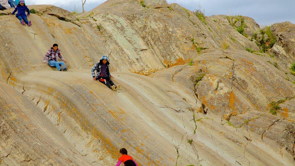 Sacsayhuamán ofreciendo montañas y también un pequeño grupo de personas