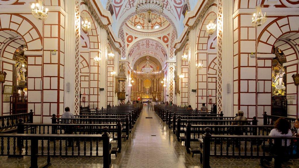 Peru mostrando arquitetura de patrimônio, uma igreja ou catedral e vistas internas