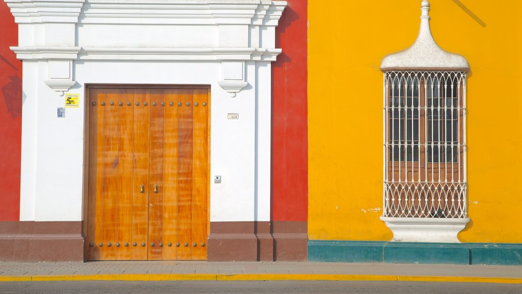 Trujillo Plaza de Armas showing street scenes and a house