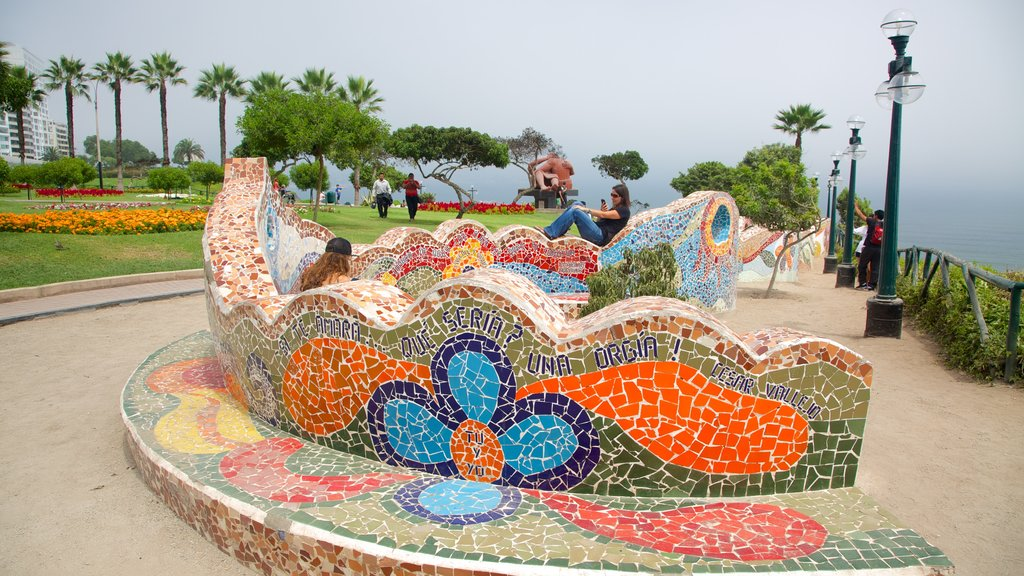 Parque del Amor featuring outdoor art and a garden