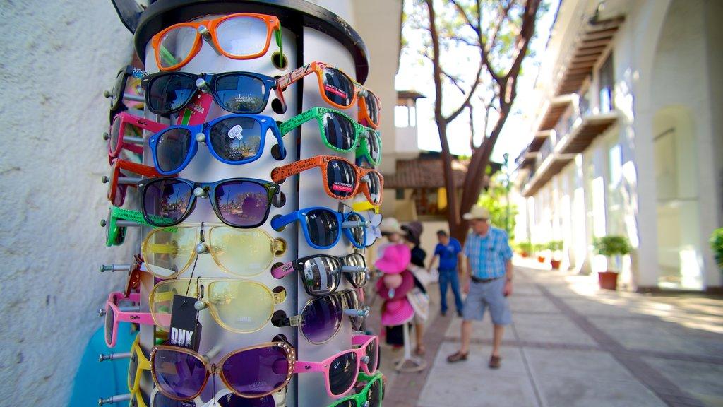 Ixtapa - Zihuatanejo showing street scenes, markets and shopping