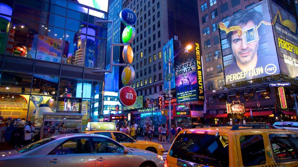 Times Square mostrando cenas noturnas, paisagens da cidade e um arranha-céu