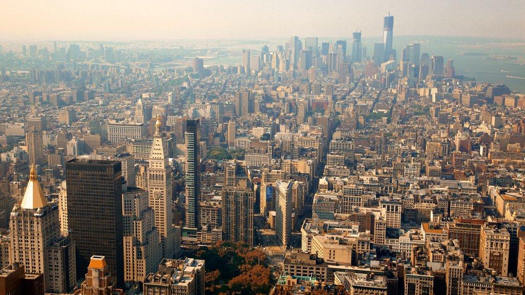 Edificio Empire State mostrando distrito financiero central y una ciudad