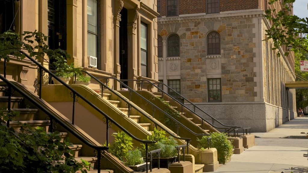 Brooklyn Heights showing street scenes and a house