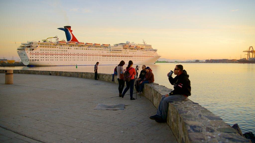 Ensenada mostrando vistas generales de la costa, crucero y una puesta de sol