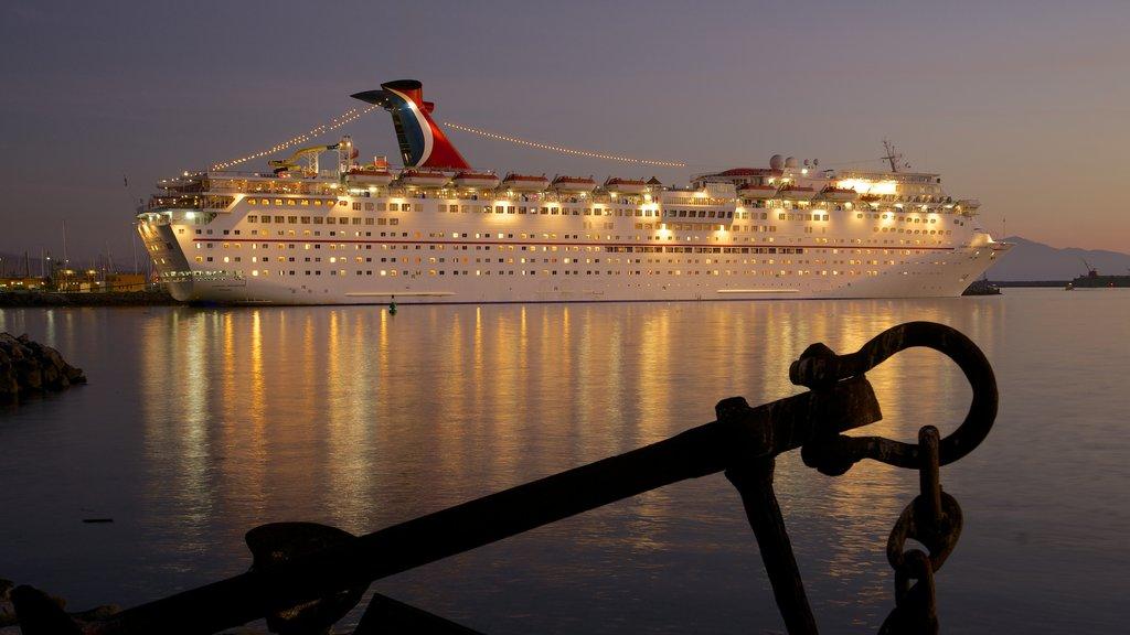 Ensenada que incluye vistas generales de la costa, una puesta de sol y crucero