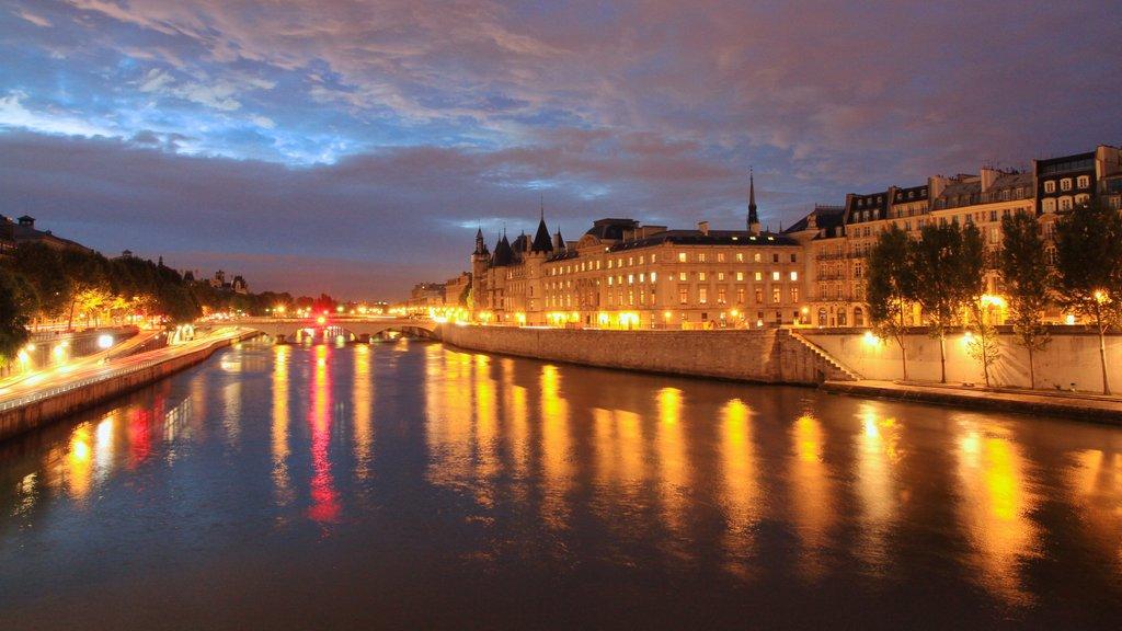 Place de la Concorde showing a city, a castle and a river or creek