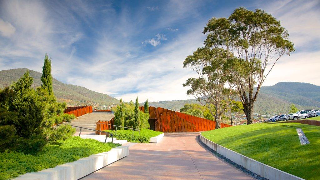 Museo de Arte Antiguo y Contemporáneo ofreciendo vistas de paisajes