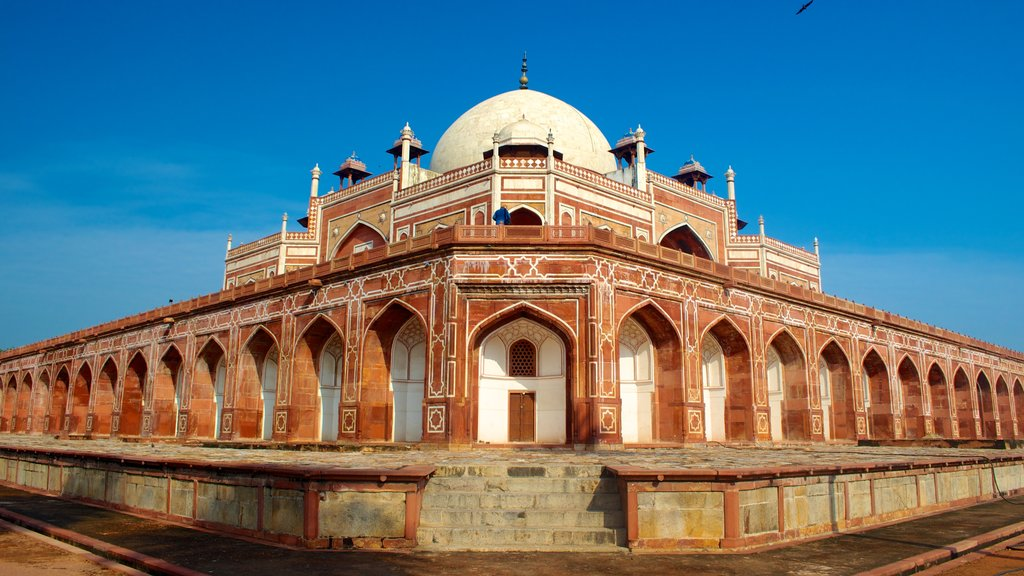 Humayun\'s Tomb showing street scenes and a mosque
