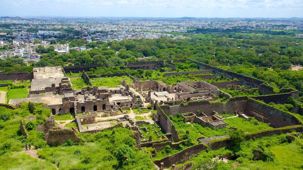 Golconda Fort showing a city, landscape views and a ruin