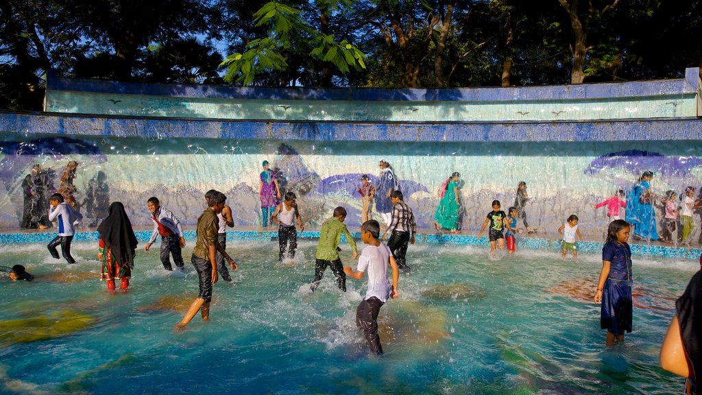 Lumbini Park showing a pool and swimming as well as a large group of people