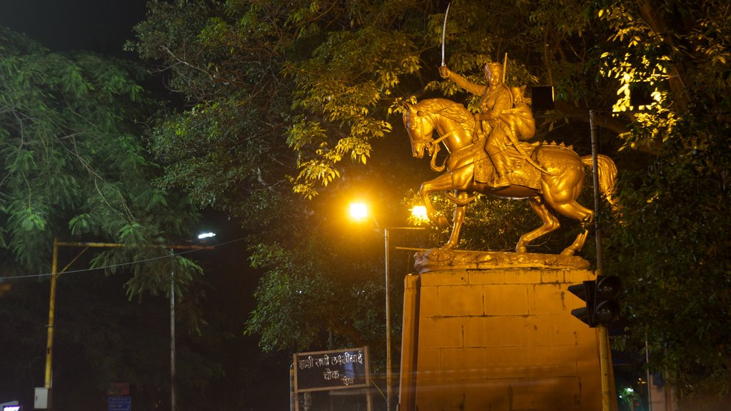 Pune showing a monument and night scenes