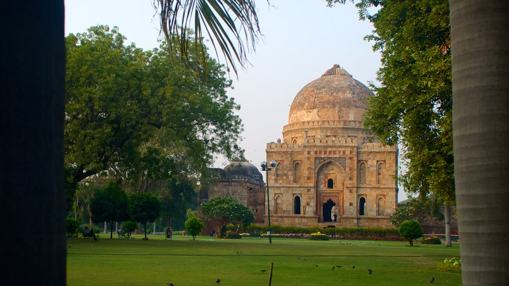 Lodhi Garden showing heritage elements and a park