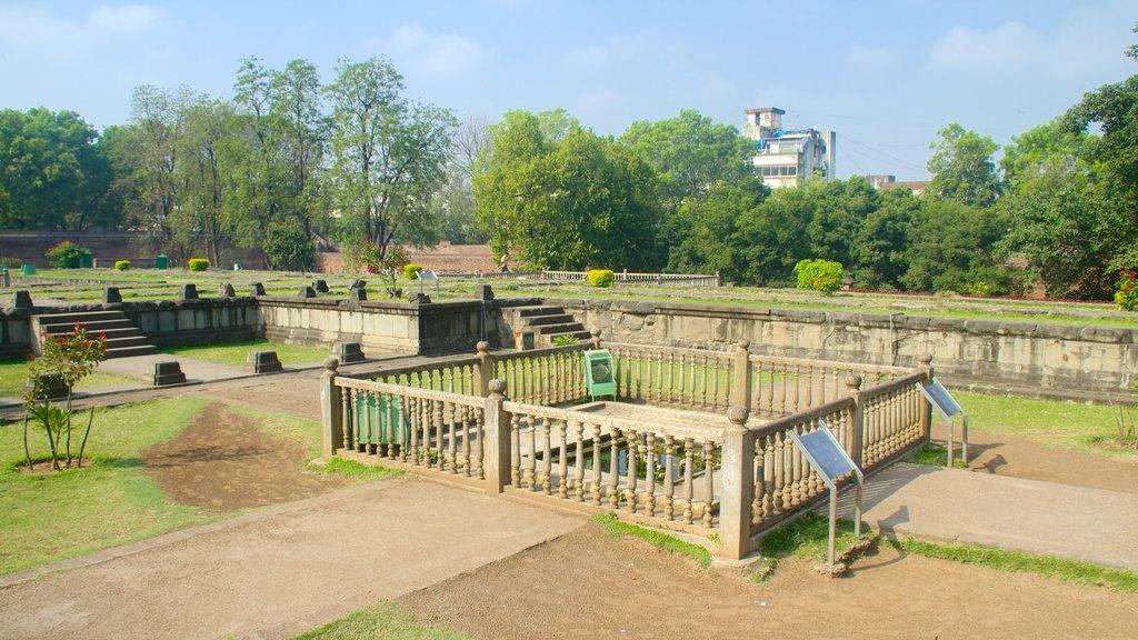 Shaniwar Wada featuring a park