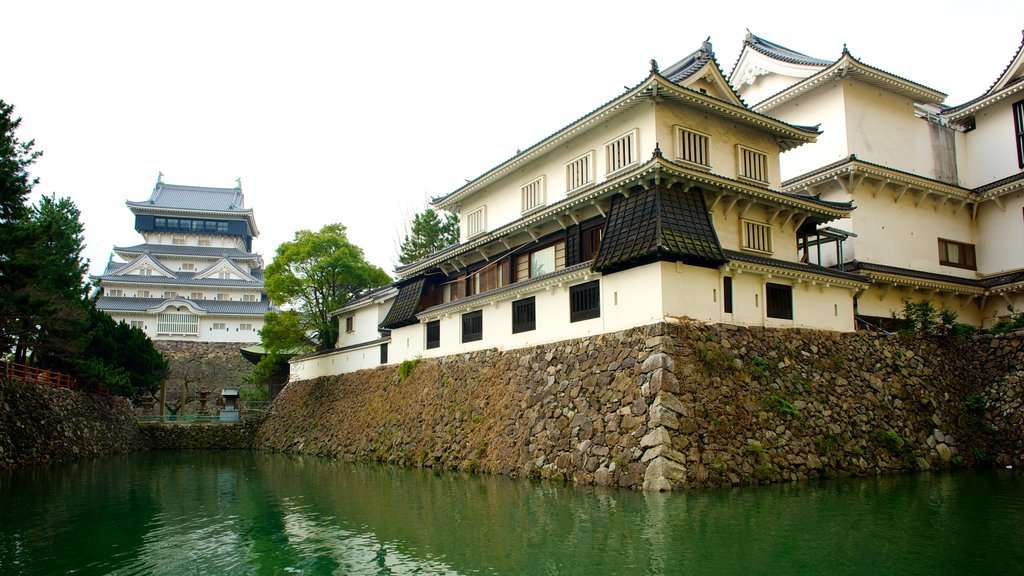 Kokura Castle showing a castle, a pond and heritage architecture