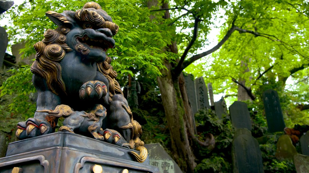 Naritasan Shinshoji Temple which includes art, outdoor art and a statue or sculpture