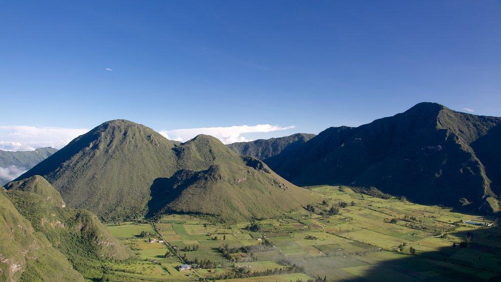 Quito ofreciendo tierras de cultivo, montañas y vistas de paisajes