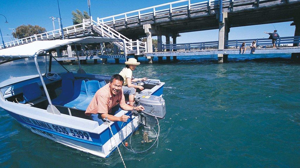 Mandurah mostrando paseos en lancha y una bahía o puerto y también una pareja