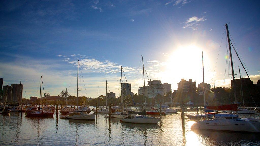 Brisbane que incluye una puesta de sol, horizonte y una bahía o puerto