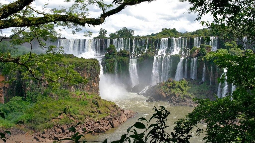 Foz do Iguaçu que inclui uma cascata e paisagem