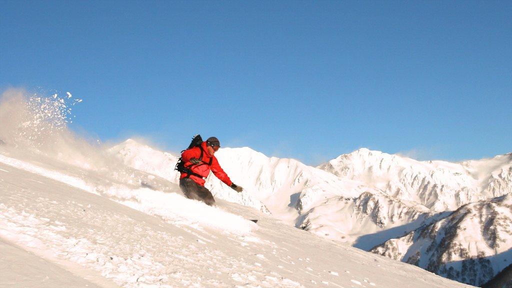 Nagano ofreciendo nieve y esquiar en la nieve y también un hombre