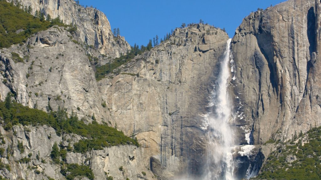 Yosemite Valley showing a waterfall, mountains and landscape views