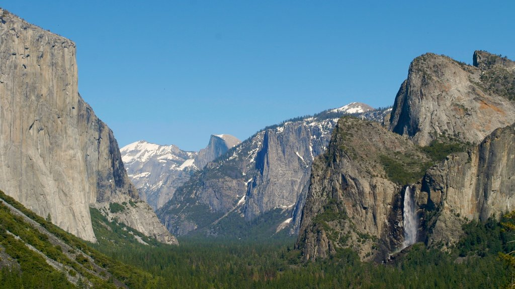 Yosemite Valley showing mountains