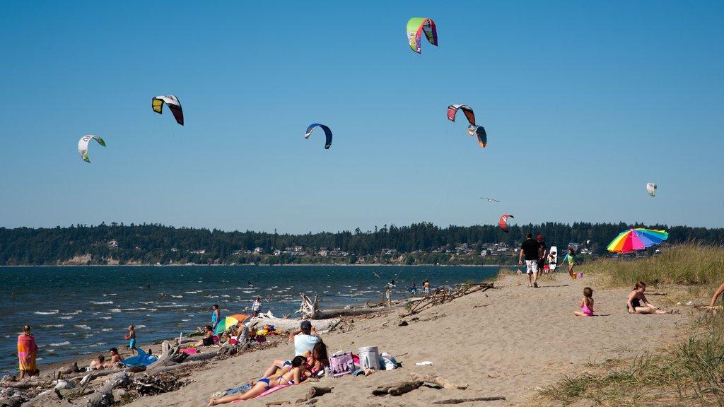 Everett featuring kite surfing and a beach