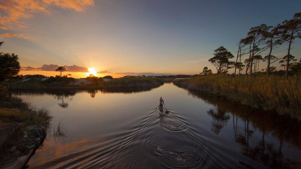 Grayton Beach mostrando una puesta de sol y deportes acuáticos