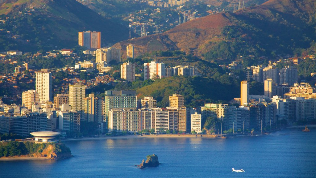 Morro Pan de Azúcar ofreciendo una ciudad y vistas generales de la costa