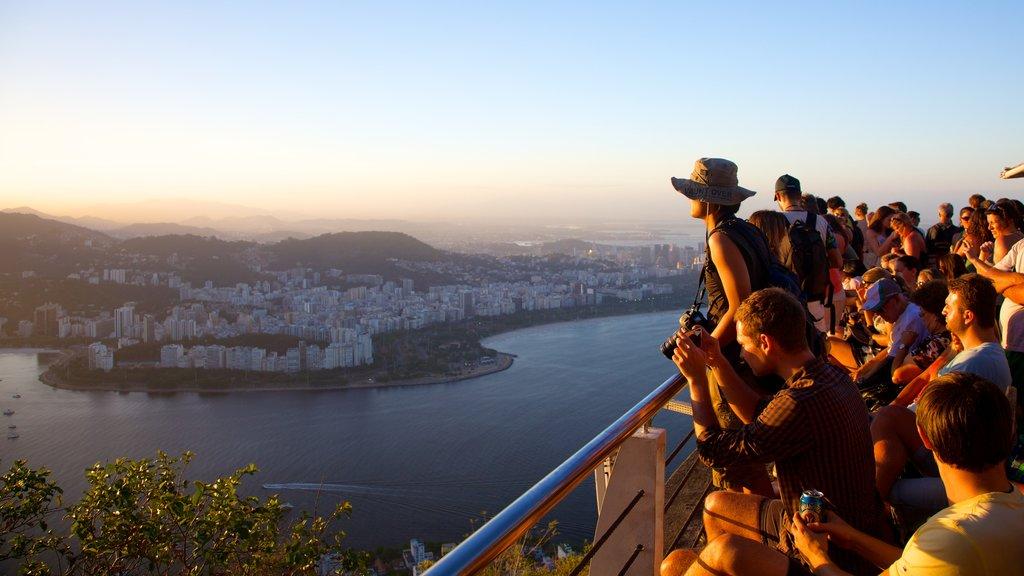 Morro Pan de Azúcar mostrando una ciudad y vistas y también un gran grupo de personas