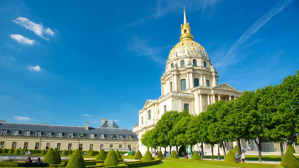 Les Invalides showing a church or cathedral, heritage architecture and a park