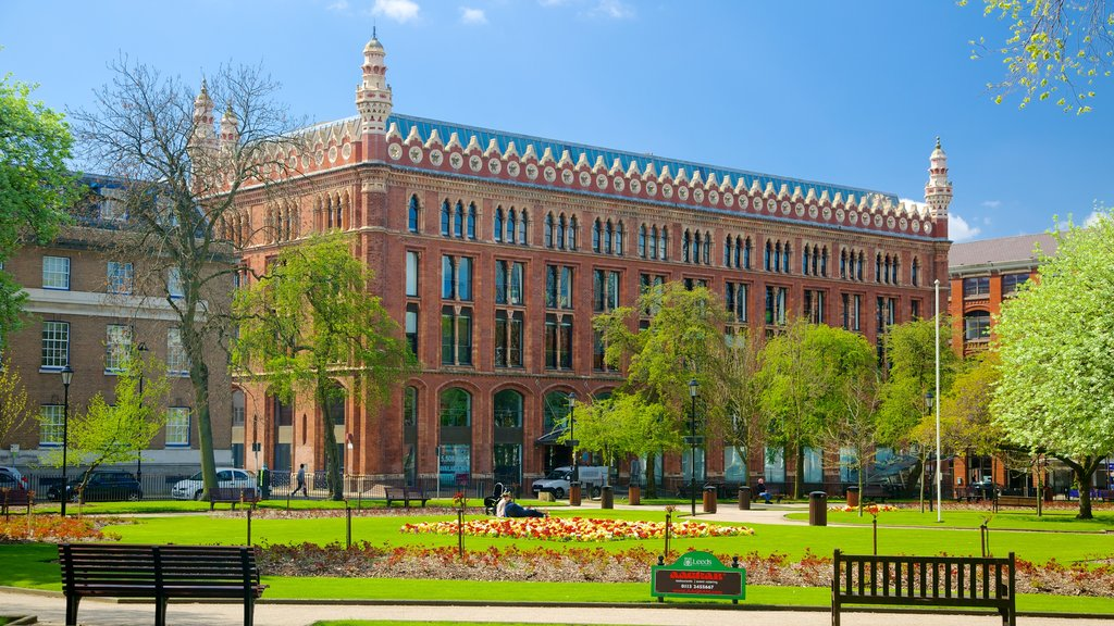 Leeds ofreciendo patrimonio de arquitectura y un jardín