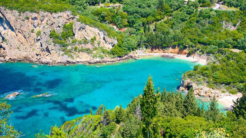 Playa de Paleokastritsa ofreciendo costa rocosa