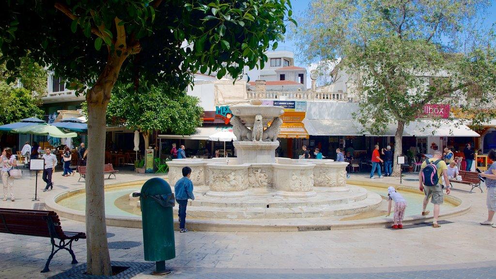 Basílica de San Marcos mostrando una fuente y un parque o plaza