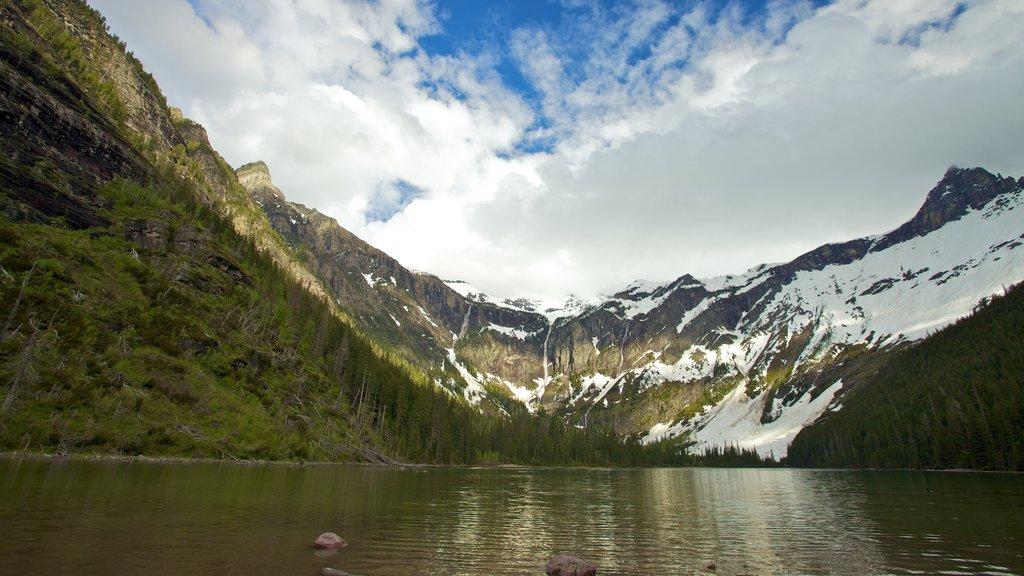 Montana ofreciendo un lago o abrevadero