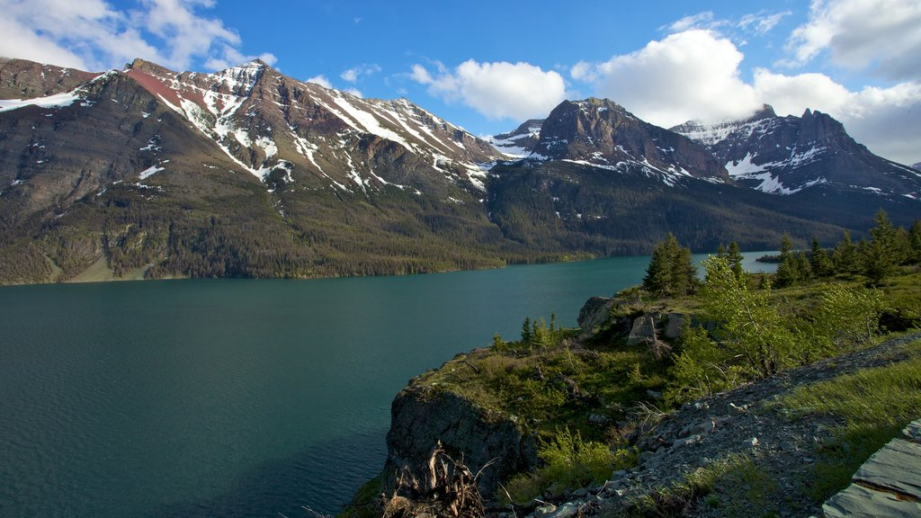 Montana que incluye un lago o abrevadero