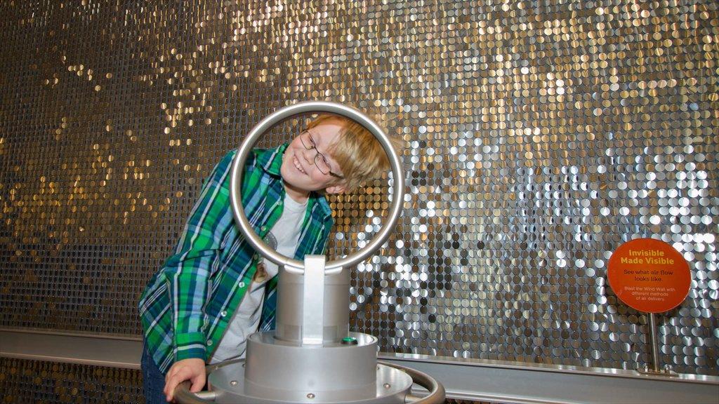 Museo del Descubrimiento Fort Collins que incluye vistas interiores y también un niño