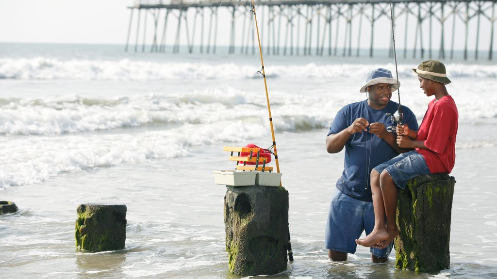 Carolina Beach showing fishing as well as a family