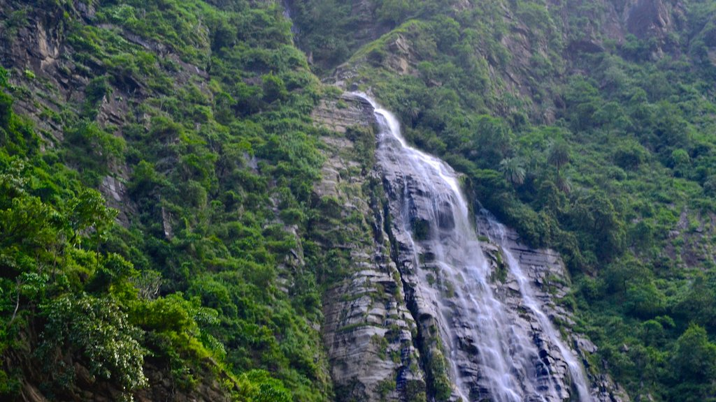 Manali featuring a waterfall