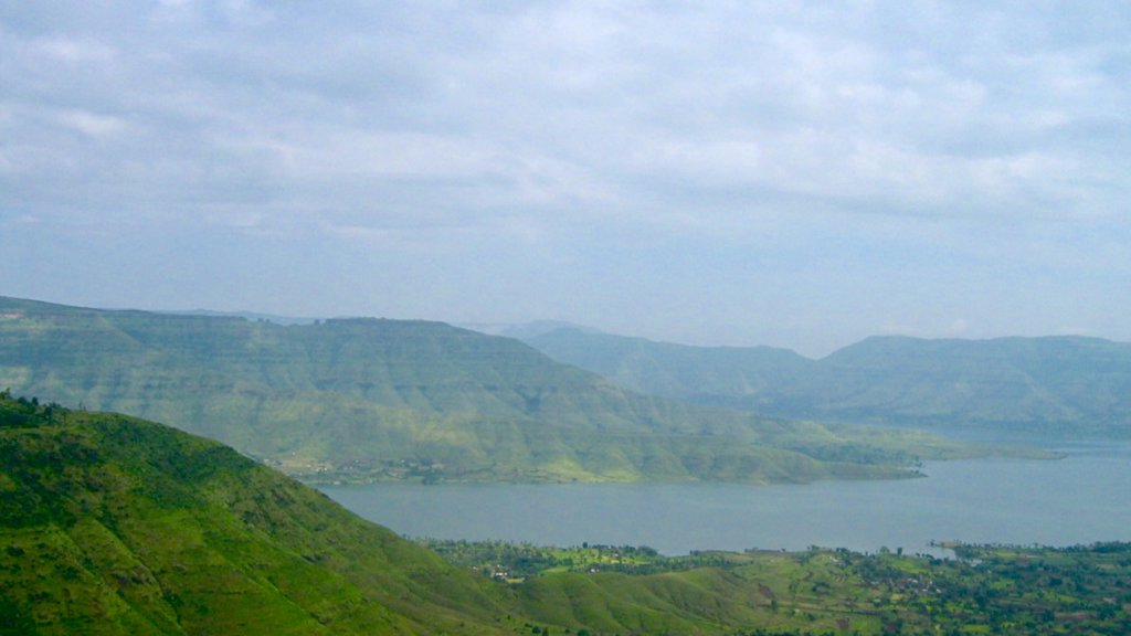 Mahabaleshwar showing a lake or waterhole