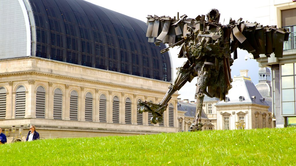 Lyon Opera which includes outdoor art