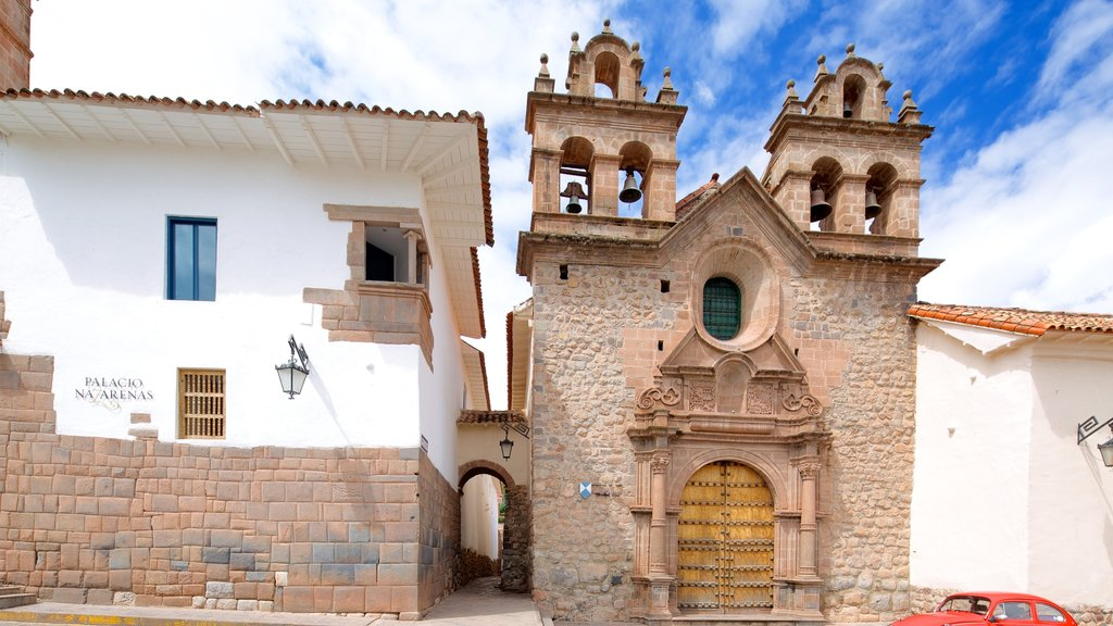 Cusco featuring street scenes and heritage architecture