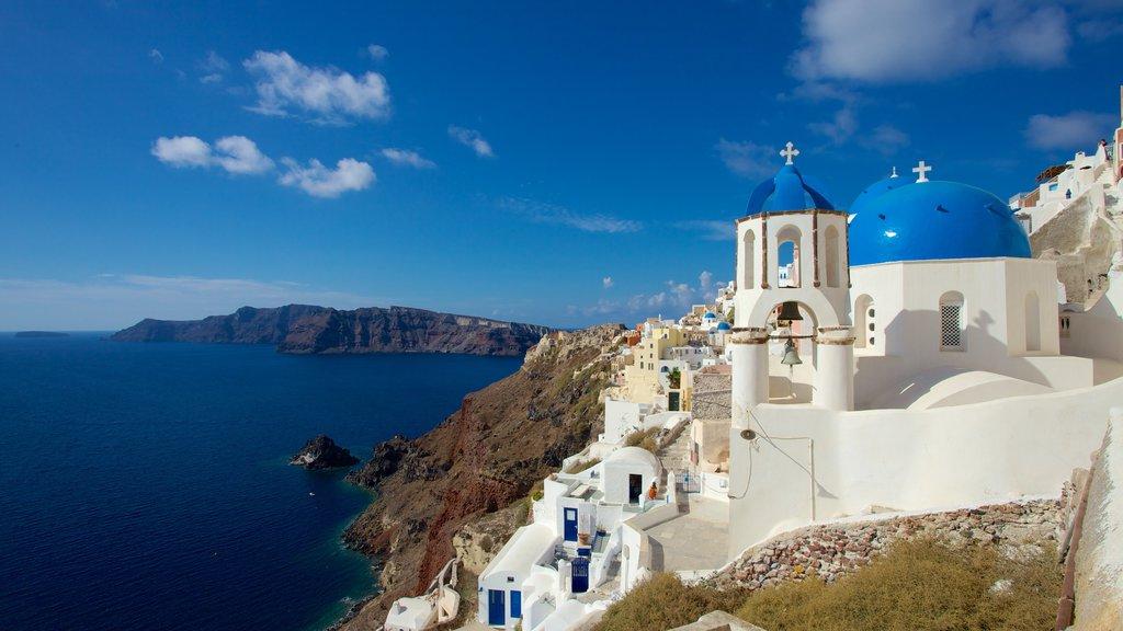 Oia ofreciendo una ciudad costera, vistas generales de la costa y una iglesia o catedral