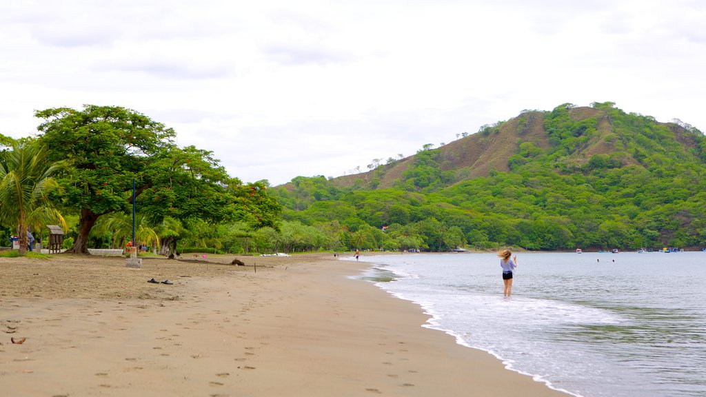Playa del Coco ofreciendo una playa de arena